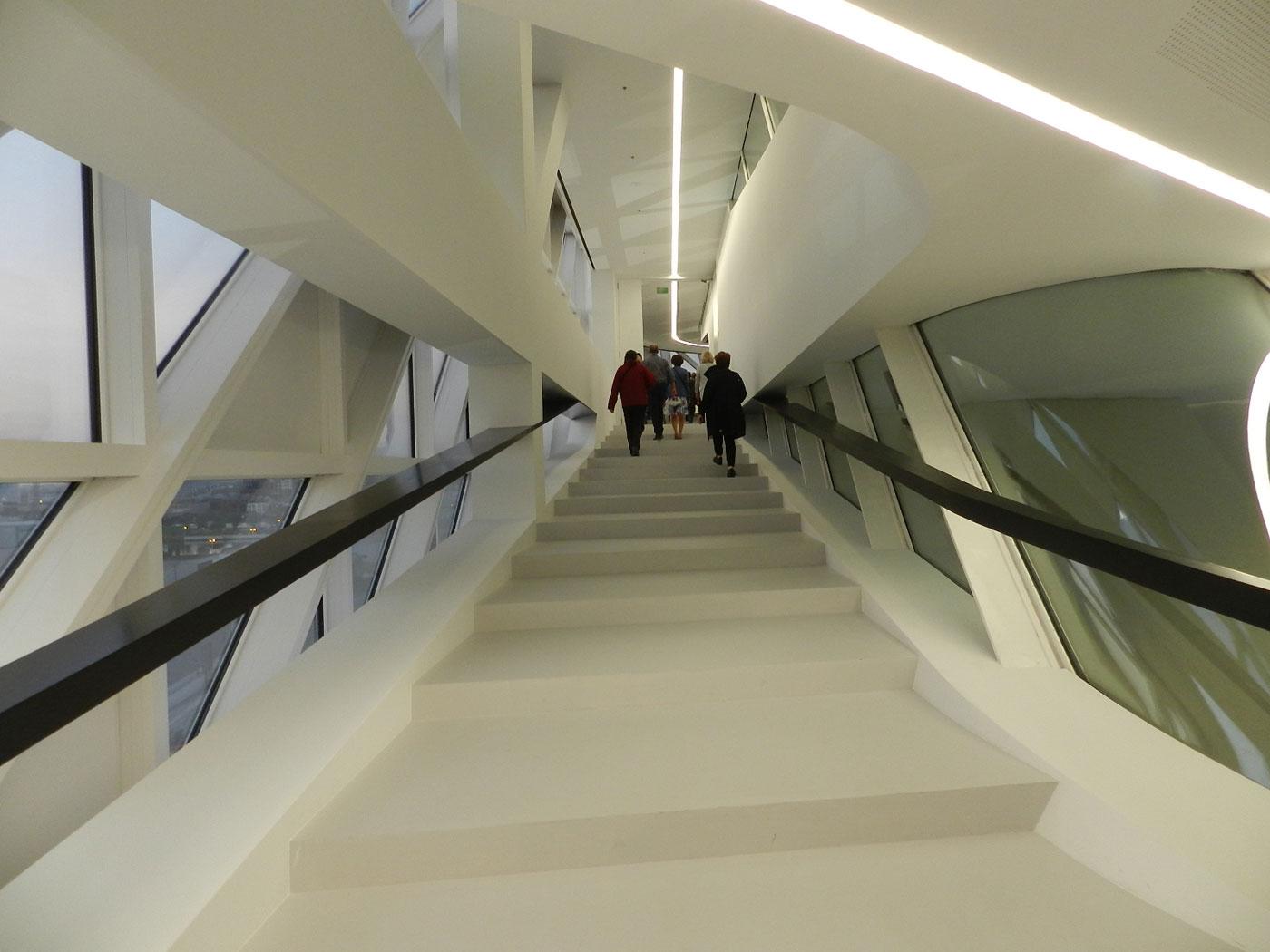 Mensen bezoeken nieuw havenhuis in antwerpen de for Interieur antwerpen