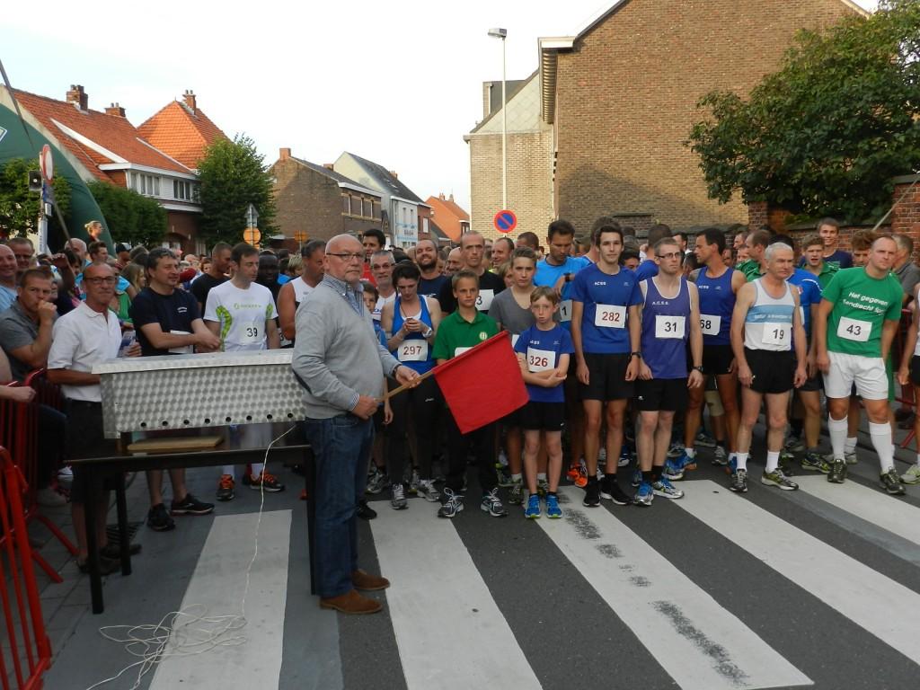 Marcel Bartholomeeussen geeft de start van de kermisloop, waaraan Bart De Wever, Ludo van Campenhout en Carl Geeraerts (links op de foto) deelnamen, naast 230 andere sportievelingen. Meer details morgen.