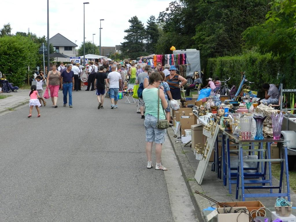 Vele honderden kwamen naar de Zandvlietse Dorpsstraat die herschapen was in een grote rommelmarkt