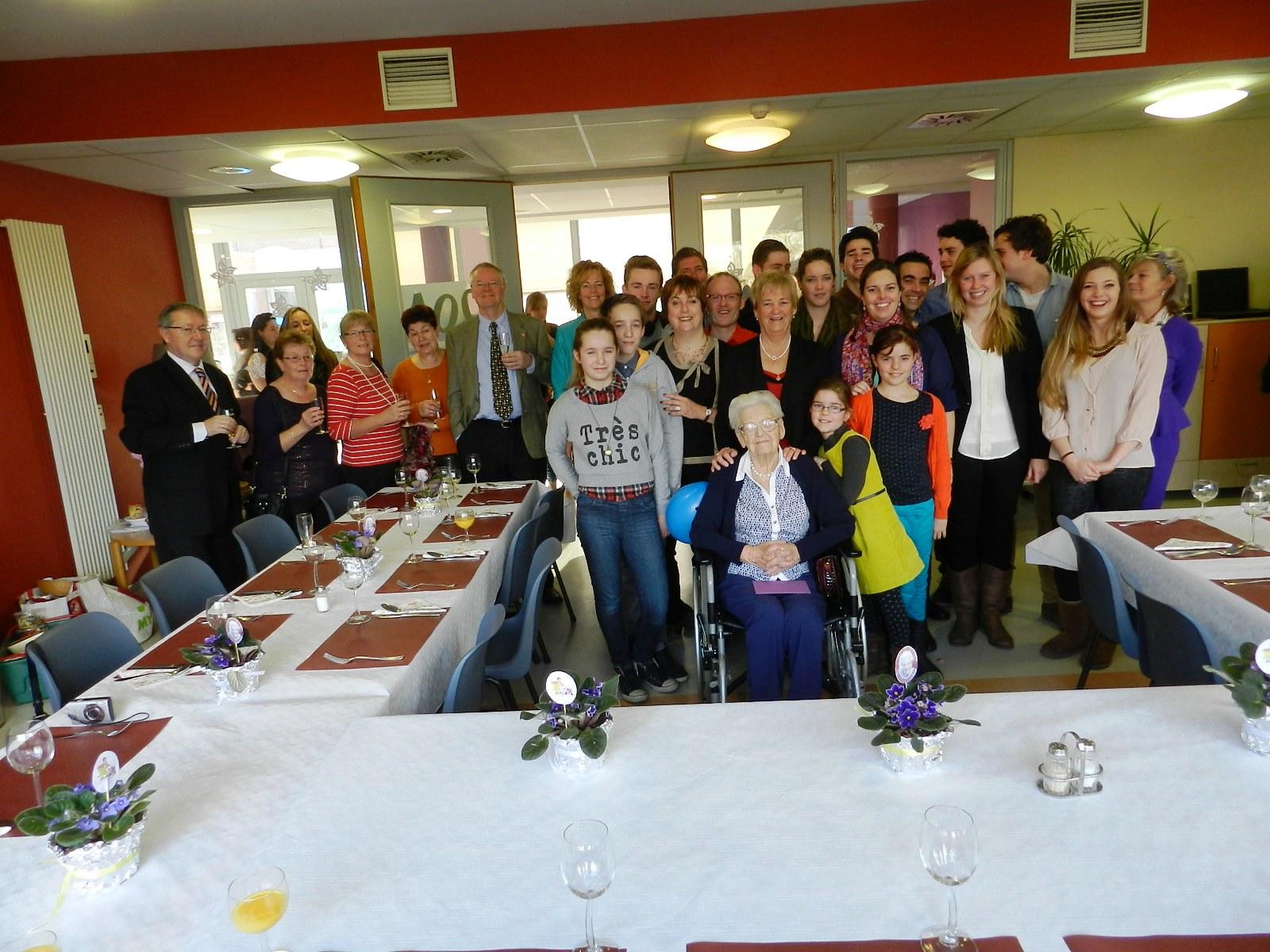 Fam!ilieleden en vrienden stonden wat graag mee op de foto rond de 100-jarige
