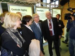 Hilde Crevits, Marianne Thyssen en Juncker luisteren naar de gids in het havencentrum Lillo