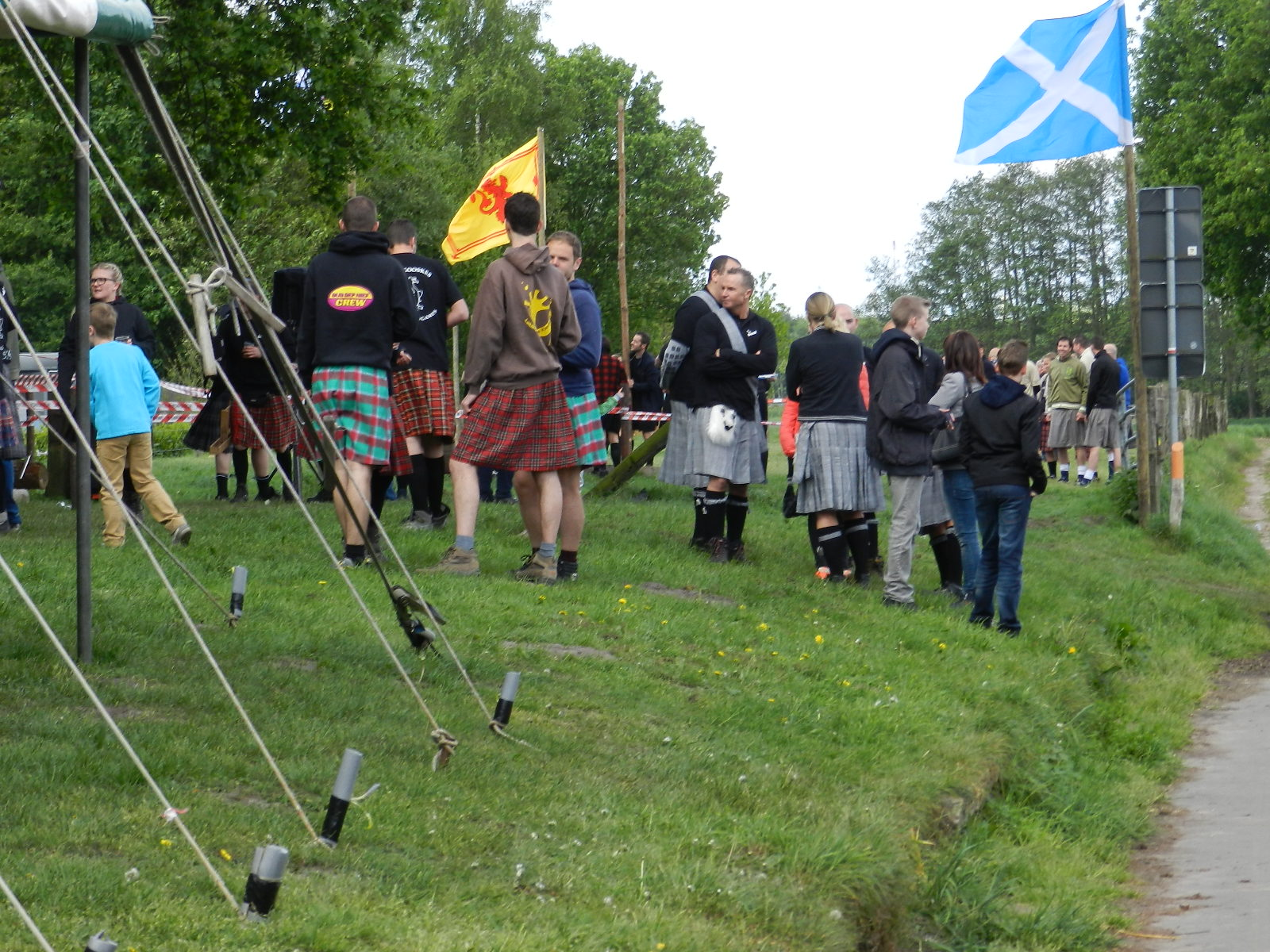 Om tien uur waren op de dijk bij de Leeuw van Vlaanderen de deelnemende ploegen present. Er heerste toen al een opwindende Keltische en Polderse sfeer.