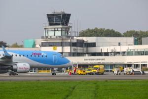 DE ultramoderne Embraer van Jetairfly op de Antwerpse luchthaven