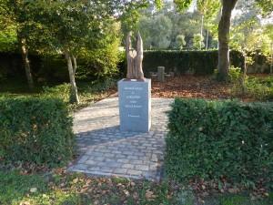 De ingang van het urnenbos met het beeld dat door de Berendrechtse kunstenaar Vannietfelt werd gemaakt.