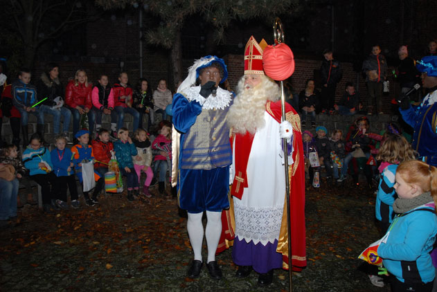 Intocht-Sinterklaas-en-lampionnenoptocht-in-Ossenworst3