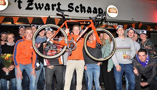 Eindeseizoensdrink Fanclub Toon Vandebosch eindigt in schitterend feestje in 't Zwart Schaap