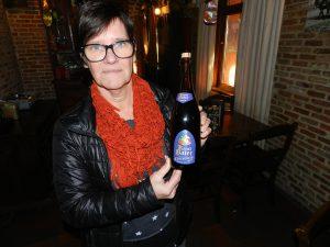 Ilse van de Leeuw van Vlaanderen toont trots de fles met kerstbier