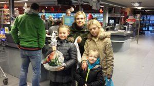 Bij de betaalstands van de Delhaize kregen de kinderen mooie geschenken met lekkers en snoep