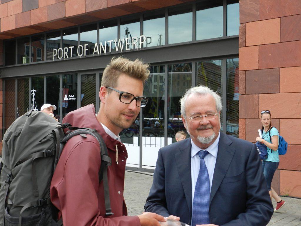 De stadsdichter overhandigde een fles water uit de Scheldebron die voor de helft eigendom is van het Antwerpse Havenbedrijf